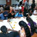 60 enfants concentrés sur leurs dessins
