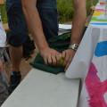 Etape 6 : on essort en passant un rouleau sur la pâte enveloppée d'un chiffon.