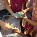 Etape 5 : Nous filtrons la pâte formée grâce à un cintre et un bas tendu