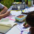 Les enfants ont envie de préparer des invitations pour communiquer autour de ces ateliers, tant mieux !