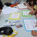 Les jeunes préparent leurs accessoires pour le tournage d'un clip sur les droits avec l'association Attelanes