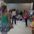 Nos filles se lancent pour essayer le jeu traditionnel du brésil