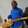Voilà la guitare des Burkinabé : Aboubakar s'y essaye