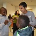Rencontrer d'autres enfants, c'est aussi apprendre leurs petits jeux !