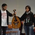 Maeli et Abdel nous présentent le Oud, sorte de guitare traditionnelle