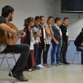 Ils chantent une chanson traditionnelle accompagnés par les éducateurs