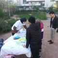 Hanna captive les enfants avec ces explications sur le recyclage