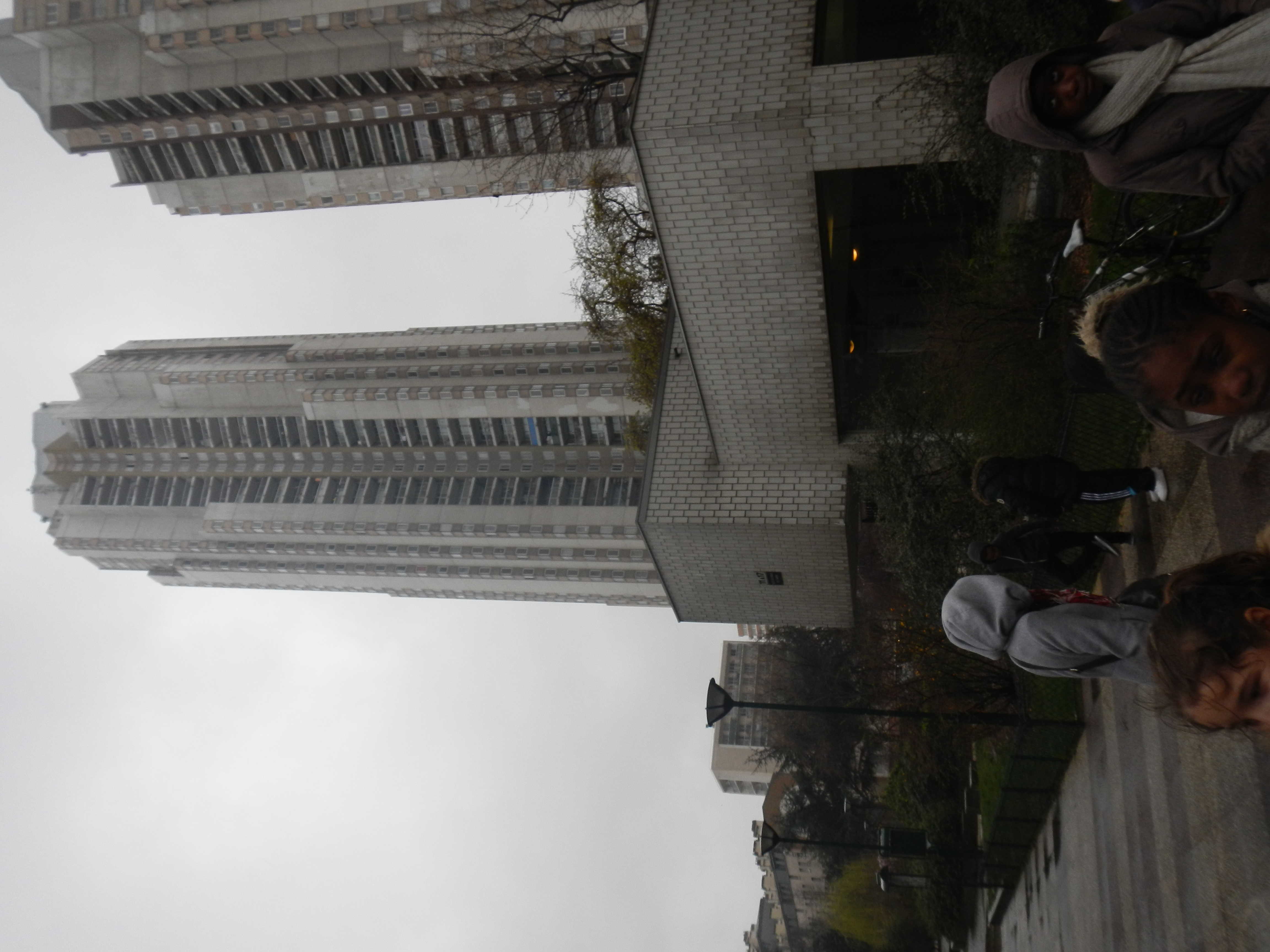 Au pied des orgues de Flandres, beaucoup d'étages à compter tout en affrontant la pluie !