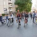 Les vélos ouvrent la voie en compagnie de la police...