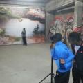 Adama pose pour nos photographes devant l'oeuvre...