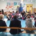 Parents, enfants et directeurs discutent sur l'école