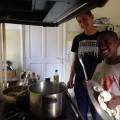 Les cuisiniers en herbe qui préparent le repas