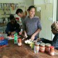 Chacun participe à faire la cuisine